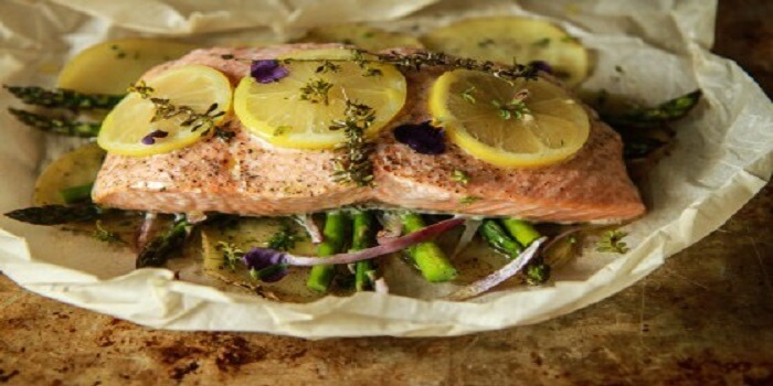 How to bake salmon in parchment paper